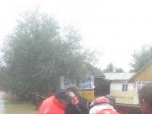 Mii de persoane au fost evacuate din calea puhoaielor