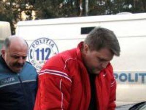 Poliţistul Ivan a fost adus, ieri, cu cătuşe pe mâini, în faţa judecătorilor