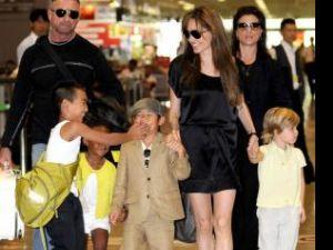 Angelina Jolie împreună cu Maddox, Pax, Zahara (în stânga imaginii) şi Shiloh (în dreapta)