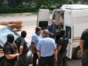 O parte din persoanele reţinute au fost aduse la tribunal în vederea arestării
