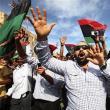 Mii de persoane au celebrat pe străzile din Tripoli moartea lui Muammar Kadhafi: Foto: Reuters