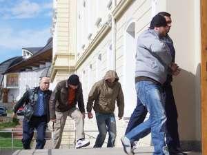 Trei indivizi au fost arestaţi preventiv vineri, pentru că racolau tineri care să transporte droguri