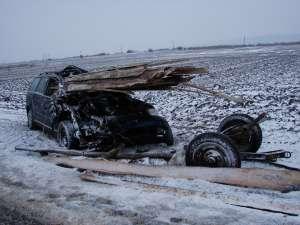 Impactul a fost atât de puternic încât lemnele din căruţă au intrat până pe bancheta din spate a maşinii, strivind-o pe tânăra de 18 ani