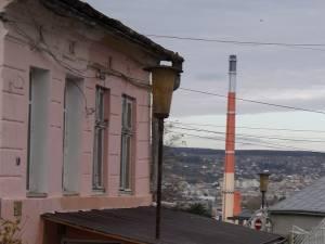 Peisajul urbanistic al Sucevei s-a îmbogățit cu un nou tip de construcție - casă construită pe trotuar, în jurul stâlpului de iluminat