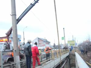 Autoturismul a lovit violent parapetul podului şi s-a răsturnat pe cupolă în albia pârâului