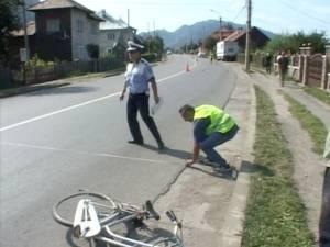 Biciclistul de 72 de ani a fost proiectat pe carosabil şi în scurt timp a decedat