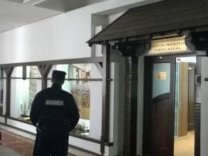 Accesul în biroul prefectului este restricţionat de un jandarm