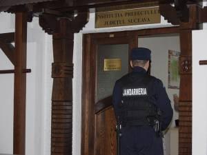Biroul prefectului Sinescu, păzit de jandarm