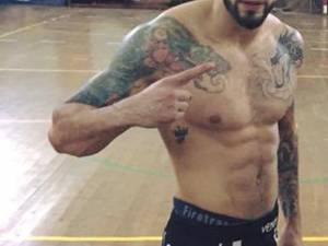 În grupul agresor s-a aflat şi un anume Răzvan Ciurariu, în vârstă de 26 de ani, din Rădăuţi, care practică lupte MMA