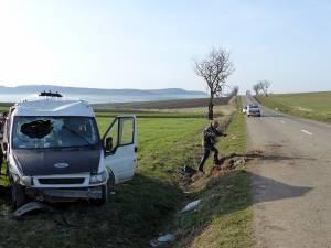 Microbuzul a pătruns pe contrasens şi s-a răsturnat la marginea drumului