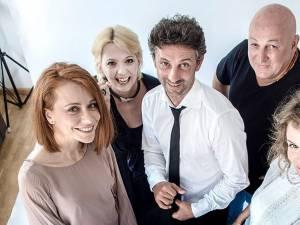 """Actorii Emilia Popescu şi Constantin Cotimanis, pe scena suceveană, în comedia """"Un bărbat pentru Sara"""""""