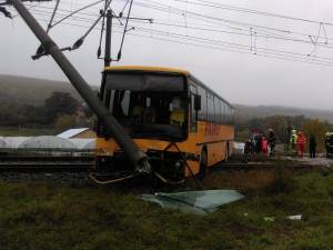 Autocar blocat pe calea ferată după ce s-a izbit într-un stâlp
