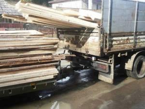 Unul din camioanele confiscate recent pentru transport de lemn fără documente de provenienţă
