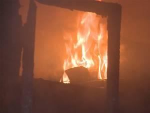 Gospodărie cuprinsă de incendiu, de la un aragaz amplasat necorespunzător