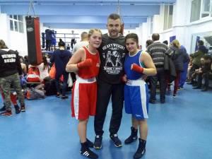 Antrenorul Andu Vornicu, încadrat de fetele sale de aur