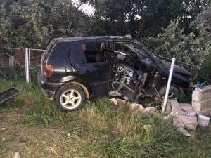 Autoturismul  condus cu viteză de şoferul în vârstă de 19 ani, care mai era şi în uşoară stare de ebrietate, s-a zdrobit de un gard