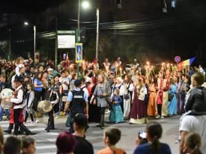 Zeci de mii de suceveni au ieșit în stradă pentru a vedea cea mai mare paradă medievală din ţară