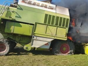 O combină agricolă a luat foc pe ogor