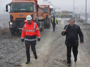 Gheorghe Flutur a venit cu o lopată pe şantierul centurii Sucevei pentru a da o mână de ajutor pentru finalizarea lucrărilor
