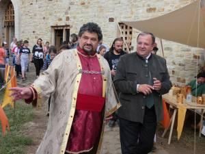 Emil Ursu, organizatorul Festivalului Medieval de la Suceava, împreună cu președintele CJ, Gheorghe Flutur