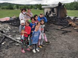 Anexele unei gospodării din Râșca, unde o familie cu 10 copii își ținea toata agoniseala, s-au făcut scrum în urma unui incendiu