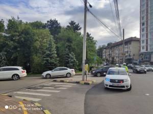 Polițiști pe post de sperietoare la McDonald's pentru ca șoferii să nu mai blocheze artera principală