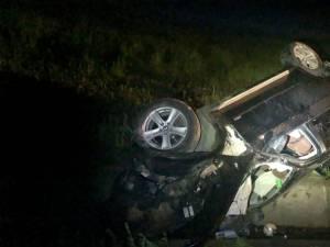 Mașină răsturnată pe șoseaua de centură din Rădăuți. Doi bărbați au rămas încarcerați