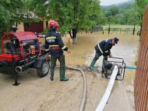 Pompierii au evacuat apa din două curți inundate la Gura Putnei