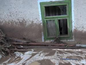 Tată și fiul său minor, prizonieri în casa inundată de puhoaie