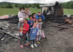 Anexele unei gospodării din Râșca, unde o familie cu 10 copii își ținea toata agoniseala, s-a făcut scrum în urma unui incendiu